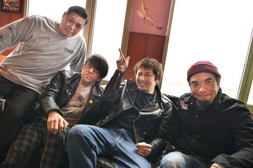 Ken Yokoyama最新アーティスト写真。<br>左から:EKKUN(Dr)、Jun Gray(Ba)、横山健(Vo,Gt)、南英紀(Gt)