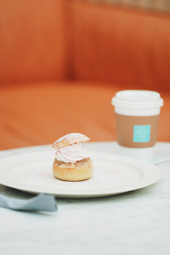 河野さんには、甘いものとコーヒーを味わう「フィーカ」を体験してもらった。スウェーデンの国民的スイーツ「セムラ」をアレンジした季節限定商品「さくらセムラ」とコーヒーのセット<br>※さくらセムラの提供は終了。季節によって商品内容が変更される。