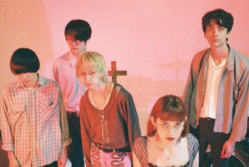 Luby Sparks(ルビースパークス)<br>Natsuki(Vo,Ba)、Erika(Vo)、Sunao(Gt)、Tamio(Gt)、Shin(Dr)の5人組。2016年3月結成。2017年7月には『Indietracks Festival 2017』(英国ダービーシャー)に日本のバンドとして唯一出演。2018年1月、マックス・ブルーム(Yuck)と全編ロンドンで制作したデビューアルバム『Luby Sparks』を発売。2018年11月、4曲入りのEP『(I'm) Lost in Sadness』をリリースしている。2019年1月には、Say Sue Me(韓国)を招き、初の自主企画ライブ『Thursday I don't care about you』を成功させ、10月15日にはjan and naomiをゲストに迎えたTAWINGSと共同企画『Dreamtopia』を渋谷WWWで、10月25日には、Yuckを来日させ、自主企画第二弾『Yuck X Luby Sparks 2019』をLOOPで開催。これまでにThe Vaccines、The Pains of Being Pure at Heart、TOPS、NOTHINGなど、海外アーティストの来日公演のフロントアクトも数多く務めている。