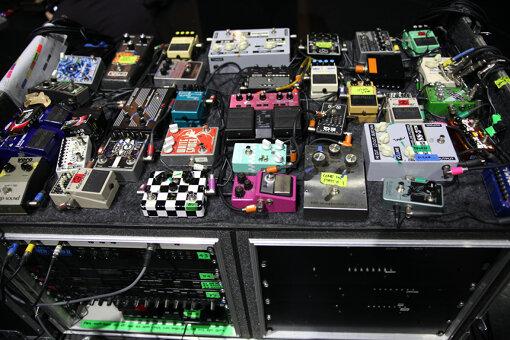My Bloody Valentineのボーカル&ギター、ケヴィン・シールズがライブで使用するエフェクターラック(これはほんの一部)/ 撮影:黒田隆憲