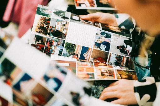 吉村の活動をまとめた冊子を興味津々に眺める