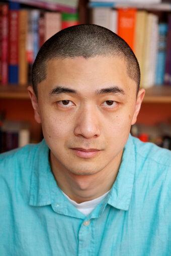 ケン・リュウ<br>1976年、中国・甘粛省生まれ。8歳のときに米国に移り、以降カリフォルニア州、コネチカット州で育つ。ハーバード大学にて英文学、コンピューターサイエンスを学ぶ。プログラマーを経て、ロースクールにて法律を勉強したのち、弁護士として働く。2002年に作家デビューし、2011年に発表した短篇『紙の動物園』で、『ヒューゴー賞』『ネビュラ賞』『世界幻想文学大賞』の短篇部門を制する史上初の3冠に輝く。短編を中心に執筆しており、2015年に、初の長篇となる『蒲公英王朝記』を刊行。日本での初翻訳となった『もののあはれ』では、日本人を主役とした作品がある。Photo: © Lisa Tang Liu