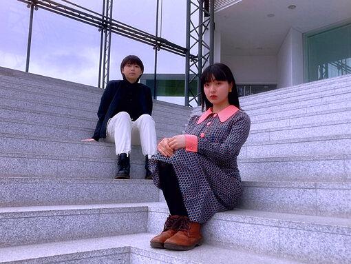 LAUSBUB(らうすばぶ)<br>2020年3月に北海道札幌市の同じ学校の軽音楽部に所属する2人の高校生によって結成されたニューテクノポップバンド。1月18日にとあるツイートを機に、爆発的に話題を集め、ドイツの無料音楽プラットフォーム「SoundCloud」で週間チャート1位を記録、さらにTOKYO FMのラジオ番組『SCHOOL OF LOCK!』内のコーナー「サカナLOCKS!」(MC:サカナクション山口一郎)にゲスト出演するなど 各メディアやミュージシャンからも注目を集めている。