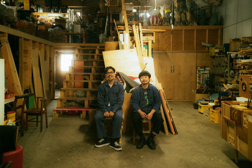 magma(まぐま)<br>杉山純と宮澤謙一によるアーティストユニット。廃材や樹脂、電動器具などを組み合わせ創りだす独自の世界観で、作品制作にとどまらず家具やプロダクト、空間演出ディレクション・制作まで幅広く手掛ける。どこか懐かしさを覚えるアナログ感とクレイジーな色彩が融合した作品群は、国内外から注目を集めている。