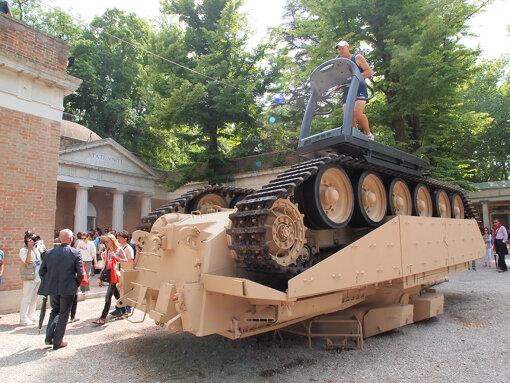 『第54回ヴェネチア・ビエンナーレ国際美術展』(2011年)でのアメリカパビリオン。アローラ&カルサディーヤによる展示 / 撮影:大西若人