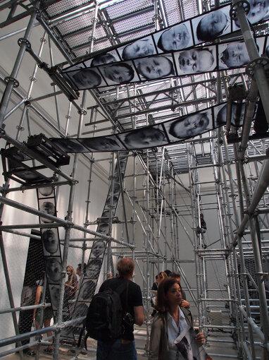 『第54回ヴェネチア・ビエンナーレ国際美術展』(2011年)でのフランスパビリオン。クリスチャン・ボルタンスキーによる展示 / 撮影:大西若人