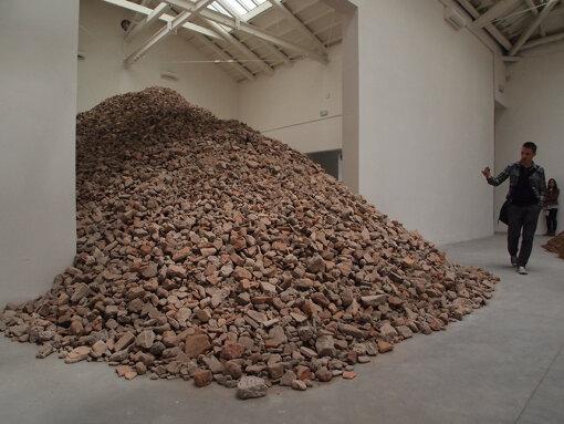 『第55回ヴェネチア・ビエンナーレ国際美術展』(2013年)でのスペインパビリオン。ララ・アルマーチェイによる展示 / 撮影:大西若人