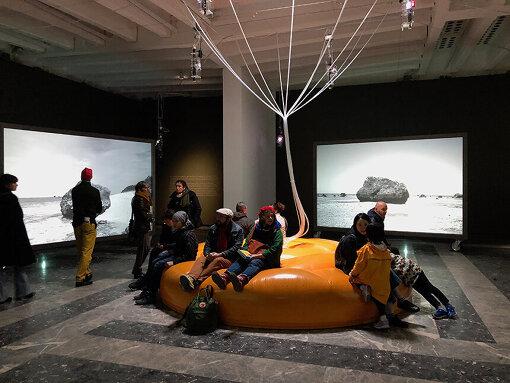『第58 回ヴェネチア・ビエンナーレ国際美術展』での日本館展示風景『Cosmo-Eggs   宇宙の卵』 / 撮影:石倉敏明