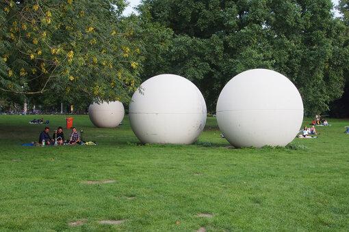 『ミュンスター彫刻プロジェクト2017』より、クレス・オルデンバーグ『Giant Pool Balls』 / 撮影:大西若人