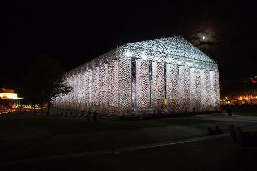 『ドクメンタ14』(2017年)より、マルタ・ミヌヒン『The Parthenon of Books』。ナチスドイツの時代に焚書が行われた広場に現れた、発禁本10万冊で制作されたパルテノン神殿の実物大のレプリカ / 撮影:大西若人