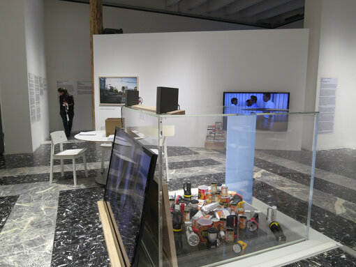 『第55回ヴェネチア・ビエンナーレ国際美術展』で特別表彰を受賞したアーティスト田中功起、キュレーター蔵屋美香による日本館の展示 / 提供:国際交流基金