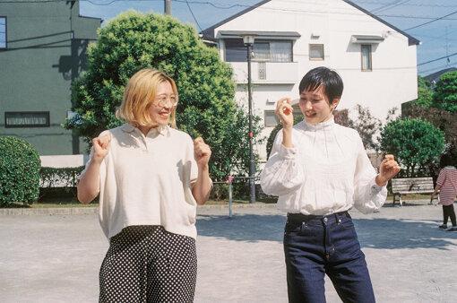 骨盤を動かして踊るふたり