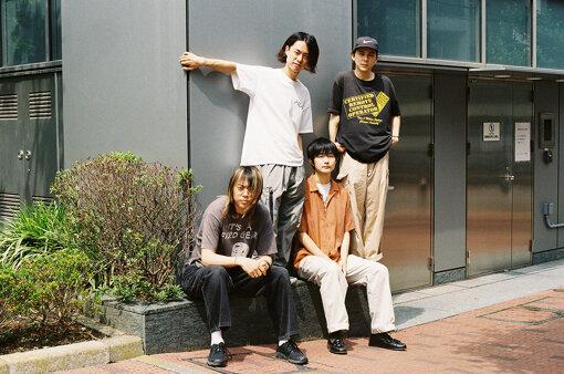 """DYGL(でいぐろー)<br>2012年に大学のサークルで結成され、アメリカやイギリスに長期滞在をしながら活動を続ける全編英詞のギターロックバンド。Albert Hammond Jr.(The Strokes)とGus Obergがプロデュースをした1stアルバム『Say Goodbye to Memory Den』(2017年)は国内外問わず多くのメディアの注目を集めた。2019年に2ndアルバム『Songs of Innocence & Experience』をリリース。約6か月に及ぶ全世界52都市を巡ったアルバムツアーを遂行し、東京のみならず北京・上海・ニューヨーク公演がチケット完売となった。2021年7月にダイハツ「タント・カスタム」のCM楽曲に抜擢された新曲""""Sink""""を含む3rdアルバム『A Daze In A Haze』をリリース。"""