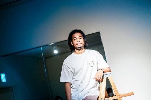 Daichi Yamamoto(ダイチ ヤマモト)<br>1993年京都市生まれのラッパー、美術家。日本人の父とジャマイカ人の母を持つ。18歳からラップとビートメイキングをはじめ、京都を中心にライブを行う。2019年、1stアルバム『Andlles』をリリースし、高い評価を獲得。また、2012年からロンドン芸術大学にてインタラクティブアートを学び、アートの領域でも活躍する。