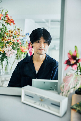 伊賀大介(いが だいすけ)<br>スタイリスト。1977年生まれ、東京都出身。1996年、19歳のときに熊谷隆志氏に師事。1999年、22歳で独立してスタイリストとして活動開始。映画『ジョゼと虎と魚たち』『モテキ』『おおかみこどもの雨と雪』、テレビドラマ『まほろ駅前番外地』『大豆田とわ子と三人の元夫』ほか、さまざまな映画とテレビドラマの衣装を手がける。広告や俳優・音楽家のスタイリングのほか、演劇、アニメなどの劇中衣装も手がけている。2021年7月に公開した映画『竜とそばかすの姫』で衣装を担当。