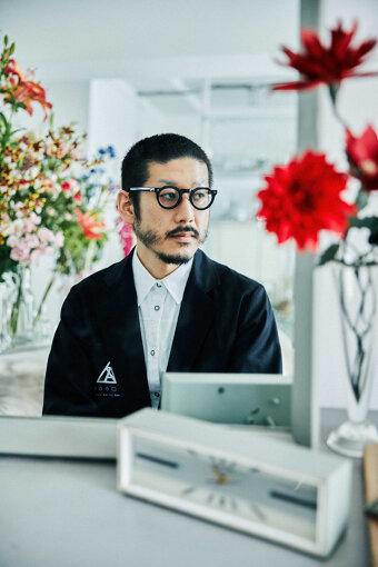 森永邦彦(もりなが くにひこ)<br>ファッションデザイナー。1980年、東京都生まれ。早稲田大学在学中にバンタンデザイン研究所に通い服づくりを始める。2003年「ANREALAGE(アンリアレイジ)」として活動を開始。2005年、ニューヨークの新人デザイナーコンテスト『GEN ART 2005』でアバンギャルド大賞を受賞。2011年、第29回毎日ファッション大賞新人賞・資生堂奨励賞受賞。2015年春夏よりパリコレクションデビュー。2019年、フランスの「LVMH PRIZE」のファイナリストに選出。同年に第37回毎日ファッション大賞を受賞。2020年、伊・FENDIとの協業をミラノコレクションにて発表。2021年、ドバイ万博に本館の公式ユニフォームを担当。同年3月より、花をコンセプトにした新ブランド「ANEVER(アンエバー)」もスタート。2021年7月に公開した映画『竜とそばかすの姫』で衣装を担当。