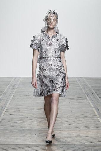 原案の基盤のひとつとなった2019年春夏パリコレクションで発表した「CLEAR」のドレス ©ANREALAGE