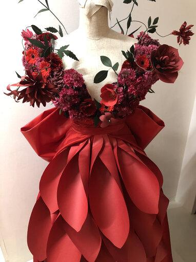 原案として実際に篠崎が手がけた、一輪のバラに見立てたドレス ©2021 スタジオ地図