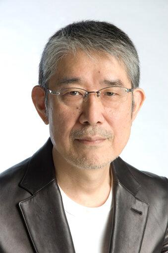 """松本隆(まつもと たかし)<br>1949年東京都生まれ。1969年に細野晴臣、大滝詠一、鈴木茂とともにロックバンド「はっぴいえんど」を結成し、ドラムと作詞を担当。解散後は作詞および音楽プロデュースを中心に活動し、1975年に太田裕美""""木綿のハンカチーフ""""のヒットで作詞家としての地位を確立。1979年に桑名正義""""セクシャルバイオレットNo.1""""で初のオリコン1位を獲得し、1981年には寺尾聰""""ルビーの指環""""が第23回日本レコード大賞を受賞。松田聖子の24曲連続オリコン1位のうち17曲を手掛けるなど、歌謡界で一時代を築き上げる。これまで400組を超えるアーティストに2000曲以上の詞を提供し、50曲以上がオリコン1位を記録。2017年には紫綬褒章を受章した。"""