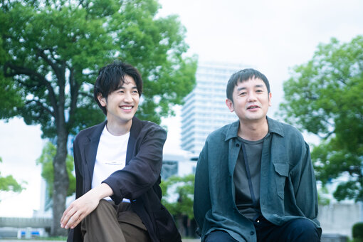 <b>ゆず<br>左から:北川悠仁、岩沢厚治</b><br>1997年10月、1st Mini Album『ゆずの素』でCDデビュー。『夏色』『栄光の架橋』『虹』『雨のち晴レルヤ』などヒット曲を多数世に送り出す。2020年に最新オリジナルアルバム『YUZUTOWN』をリリース。同年秋には初のオンラインツアー『YUZU ONLINE TOUR 2020 AGAIN』を敢行し、過去に前例のないエンターテインメントが話題を呼び総視聴数80万以上を記録。今年6月2日には配信シングル『NATSUMONOGATARI』をリリースした。