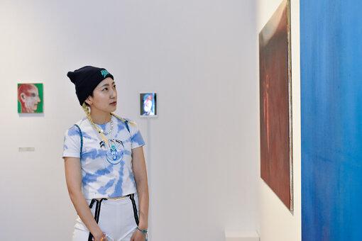 『アナザーエナジー展』でミリアム・カーンの作品を鑑賞するあっこゴリラ
