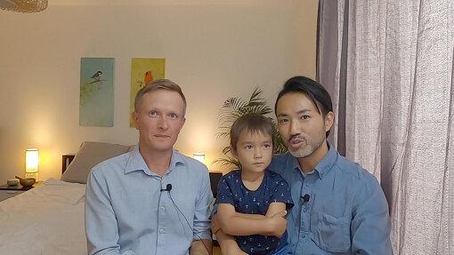 ふたりぱぱ<br>日本人のみっつん(右)とスウェーデン人のリカ(左)のゲイカップル。2008年に東京で出会い、2011年にスウェーデンの法律のもと結婚。同年ロンドンに引っ越す。2016年、サロガシー(代理母出産)により男児を授かったことを機に、リカの故郷であるスウェーデンに移住。YouTubeでスウェーデンでの暮らしを発信している。