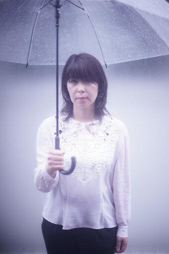 石橋英子(いしばし えいこ)<br>音楽家。電子音楽の制作、舞台や映画や展覧会などの音楽制作、シンガー・ソングライターとしての活動、即興演奏、ほかのミュージシャンのプロデュースや、演奏者として数多くの作品やライブにも参加している。