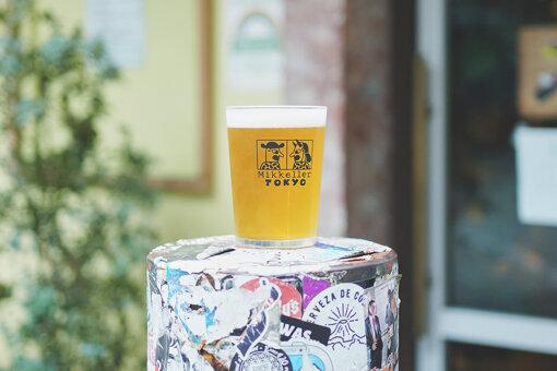 キース・ショアによるロゴはビールグラスにもプリントされている