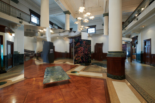 千葉市美術館1階 さや堂ホールの展示会場。佐藤信太郎の作品が、鏡を大胆に用いた空間に展示されている