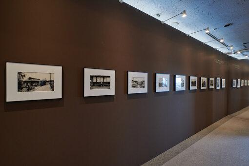 千葉市美術館11階 講堂で開催されている北井一夫の展示。鏡を使って、作品が遠くまで連なっているような効果を生み出している