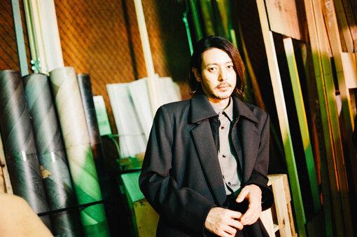 """オダギリジョー<br />1976年生まれ、岡山県出身。『アカルイミライ』(2003年)で映画初主演。以降、『ゆれる』(2006年)、『東京タワー ~オカンとボクと、時々、オトン~』(2007年)、『舟を編む』(2013年)などで日本アカデミー賞をはじめ数々の俳優賞を受賞。また、『悲夢』(2009年)、『SaturdayFiction(原題)』(2019年)など海外作品への出演も多数。テレビドラマも『時効警察』シリーズをはじめ、『熱海の捜査官』(2010)、『大豆田とわ子と三人の元夫』(2021年)など、数多くの話題作に出演。俳優業の傍ら監督業にも進出し、長編監督デビューを果たした『ある船頭の話』(2019年)で、第76回ヴェネツィア国際映画祭のヴェニス・デイズ部門に日本映画史上初めて選出。2021年9月17日にスタートするNHKの新ドラマ『オリバーな犬、(Gosh!!)このヤロウ』(2021年)では脚本・演出を務める。待機作として、NHK連続テレビ小説『カムカムエヴリバディ』がある。"""" class=""""zoom""""/><br /><span class="""
