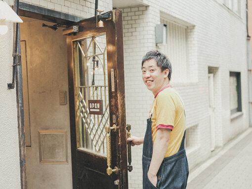 森田哲矢(もりた てつや)<br>1981年生まれ、大阪府出身。2008年に相方の東ブクロと「さらば青春の光」を結成。『第33回ABCお笑いグランプリ』(2012年)準優勝、『キングオブコント2012』準優勝など、数々の賞レースで活躍。個人事務所の株式会社ザ・森東の代表取締役社長も務める。テレビ、ラジオ、YouTubeと多数のレギュラー番組を抱える。モルック日本代表。2022年秋には初の主演映画『大阪古着日和 THE MOVIE』の公開が決定。