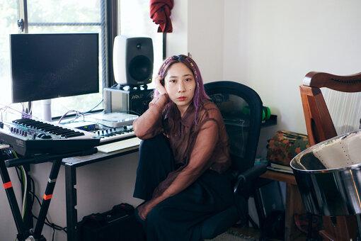 小林うてな(こばやし うてな)<br>長野県原村出身。東京在住。コンポーザーとして、劇伴・広告音楽・リミックスを制作。アーティストのライブサポートやレコーディングに、スティールパン奏者として参加。ソロ活動では「希望のある受難・笑いながら泣く」をテーマに楽曲を制作している。2018年6月、音楽コミュニティレーベル「BINDIVIDUAL」を立ち上げると同時にermhoi、Julia ShortreedとともにBlack Boboi結成。翌年、ダイアナチアキとともにMIDI Provocateur始動。ライブサポートでD.A.N.、KID FRESINO(BAND SET)に参加、蓮沼執太フィル所属。