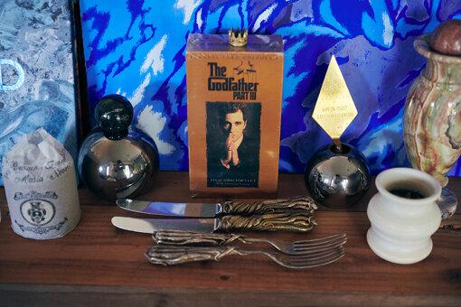 小林の自宅のお気に入りスポット①。『ゴッドファーザー』っぽいということでナイフとフォークを並べている