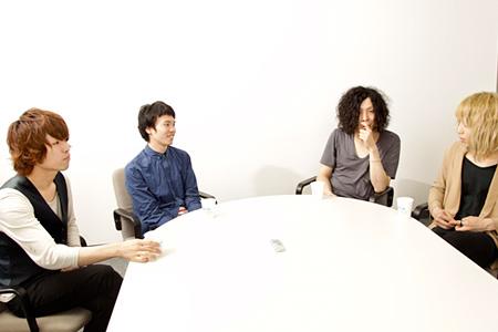 左から:飯田瑞規(cinema staff)、辻友貴(cinema staff)、ケンゴマツモト(THE NOVEMBERS)、小林祐介(THE NOVEMBERS)