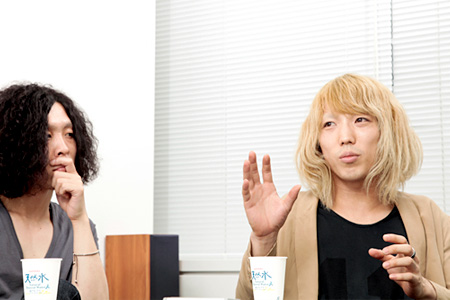 左から:ケンゴマツモト(THE NOVEMBERS)、小林祐介(THE NOVEMBERS)