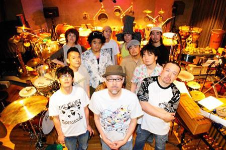 Orquesta Nudge! Nudge!のメンバーたち。芳垣の右隣にいるのが岡部洋一