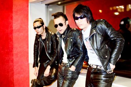 左から:U.G(ベースウルフ)、トオル(ドラムウルフ)、セイジ(ギターウルフ)