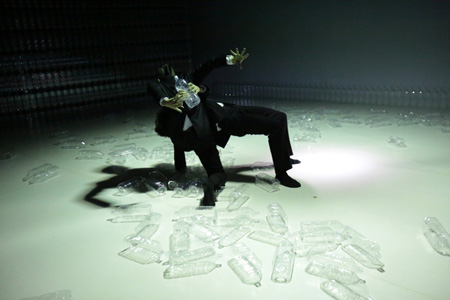 見世物小屋シリーズ第3弾 Noism1『Nameless Voice〜水の庭、砂の家』(2012年)撮影:篠山紀信