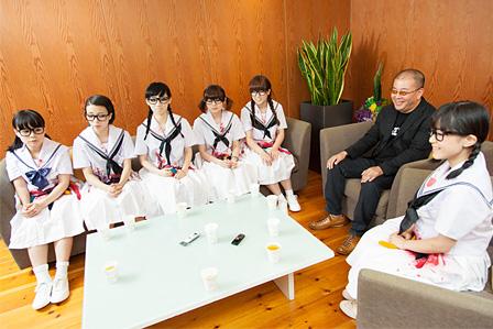 左奥から:ヒラノノゾミ、カミヤサキ、ファーストサマーウイカ、ミチバヤシリオ、プー・ルイ、JOJO広重、右手前:テンテンコ