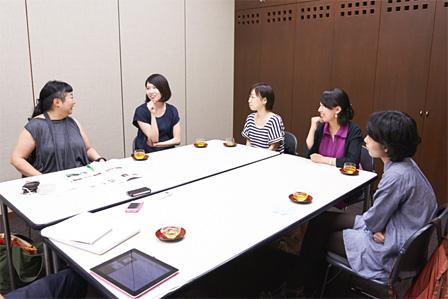 左から:湯山玲子、市原佐都子(Q)、鳥山フキ(ワワフラミンゴ)、西尾佳織(鳥公園)、大池容子(うさぎストライプ)