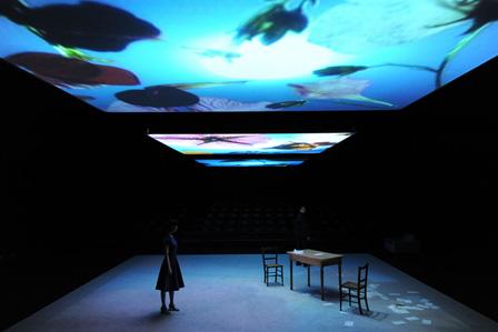 パフォーマンス『明るい部屋』2012年 撮影:福永一夫(参考図版)東京都写真美術館提供