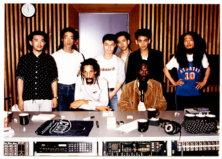 1986年、レゲエミュージック界のレジェンド「オーガスタス・パブロ」と、MUTE BEATがレコーディングした時の貴重なショット