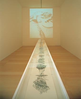 『海坂の絵巻』2007年、ビデオインスタレーション(横須賀美術館での展示風景、2007年) ©Takashi Ishida