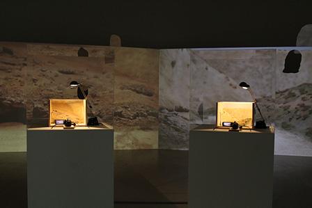 『われらの時代:ポスト工業化社会の美術』 小金沢健人『他人の靴』展示風景