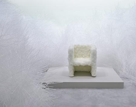 『VENUS-Natural crystal chair』(2008)/ 佐賀県立美術館『吉岡徳仁展―トルネード』展示風景