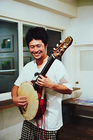 武の自作楽器「六線」
