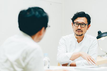 手前:田幸宏崇、右奥:伊藤弘