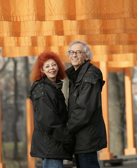 「ゲート、ニューヨーク市セントラル・パーク、1979−2005」でのクリストとジャンヌ=クロード、2005年2月 写真:ウルフガング・フォルツ