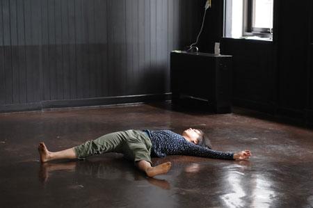 手塚夏子 「ダンスをつくる旅の途上」2009.2/1 横浜開港記念会館 7号室(写真:松本和幸)